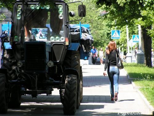 Трактор и девушка